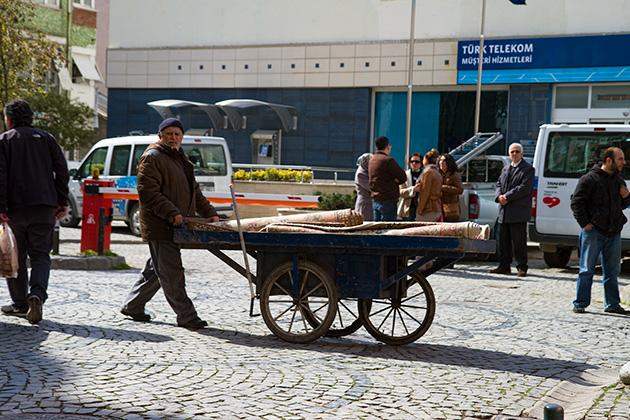 Carpet-Pusher-In-Istanbul