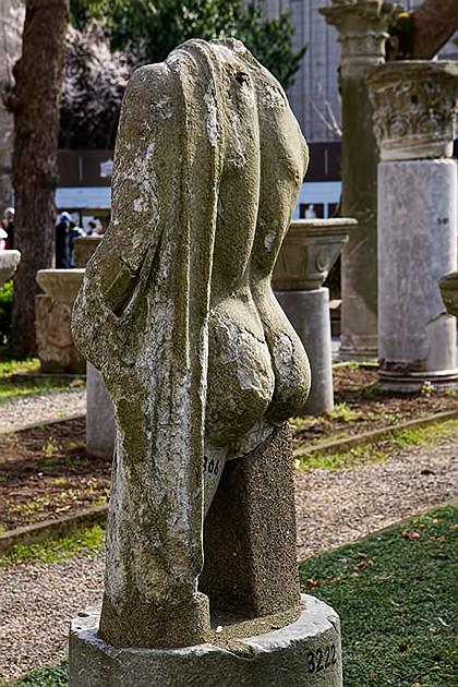 Butt-Statue
