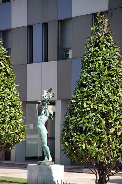 fly bird statue