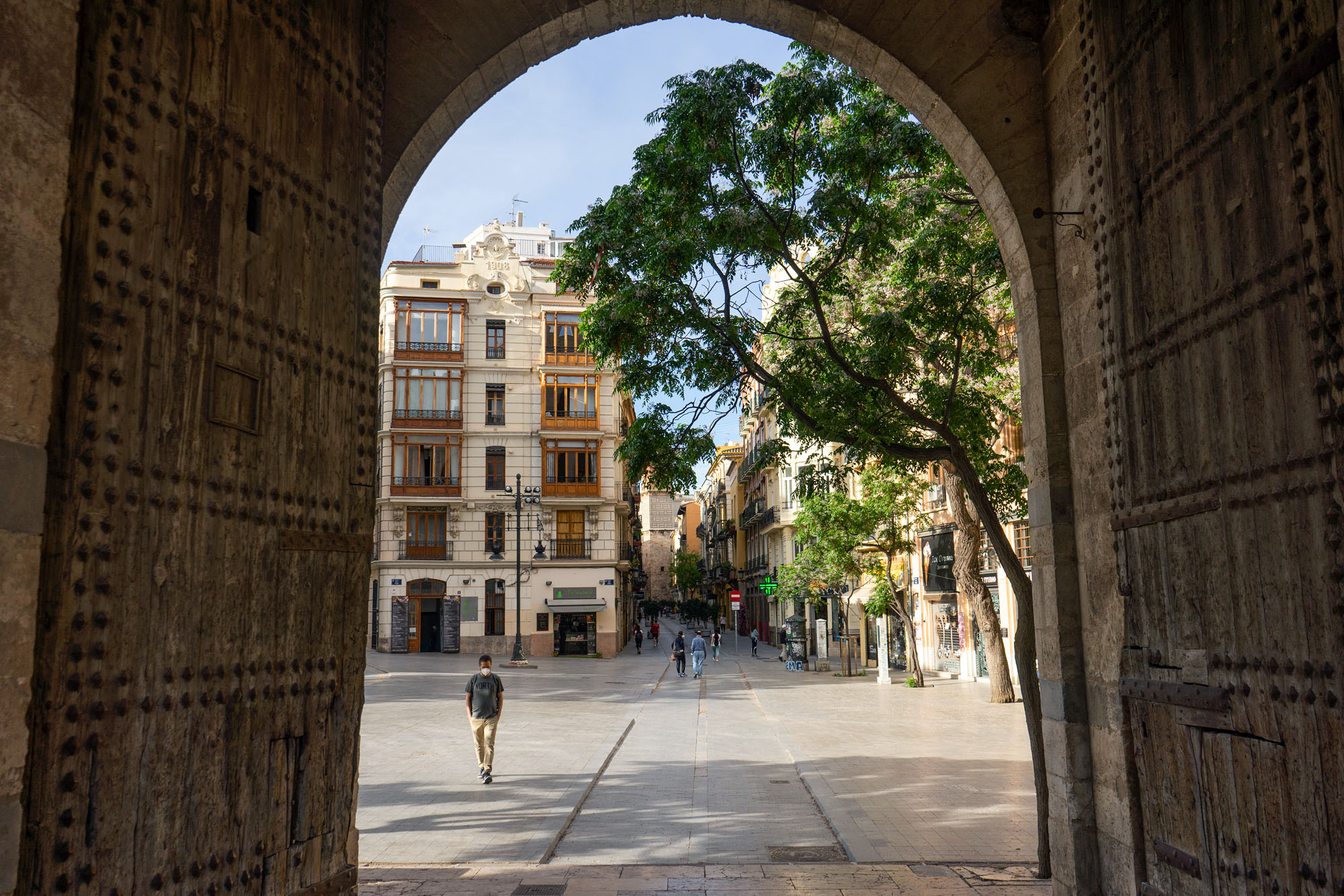 Torres de Serranos Gate with masked tourist