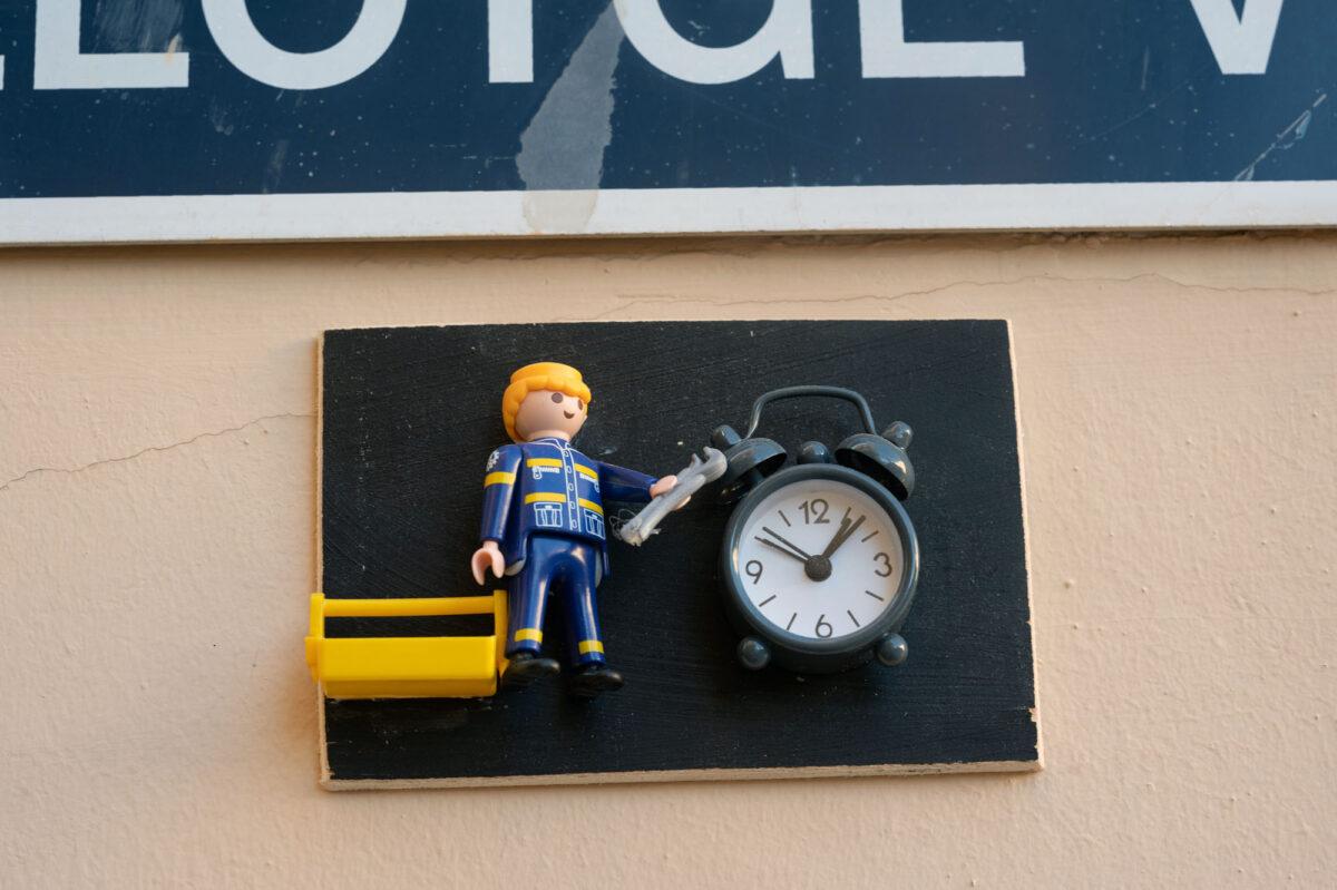 Fixing a Clock Playmobil Street Sign